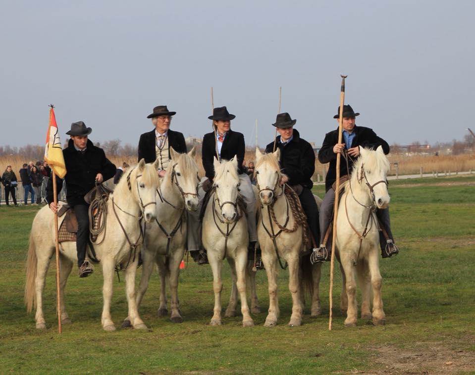 Gardians à cheval trident concours traditionnel