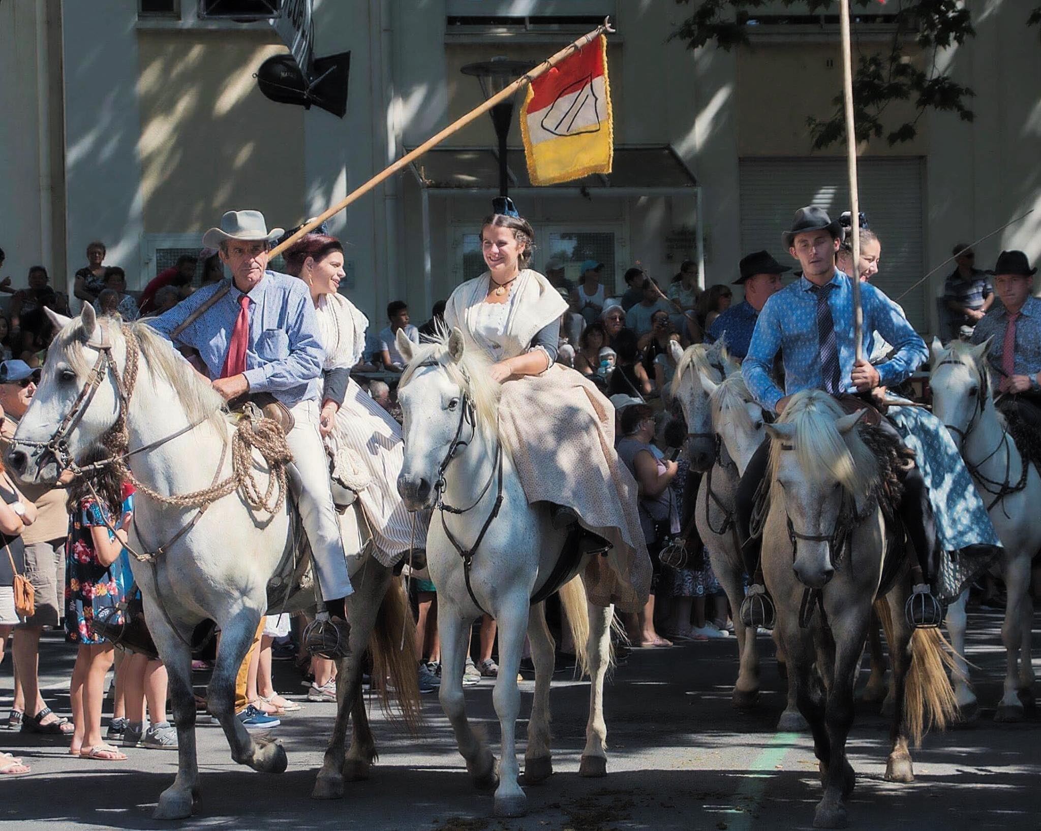 Défilé cheval Manade Chaballier arlésienne manadier tradition camarguaises camargue gardian