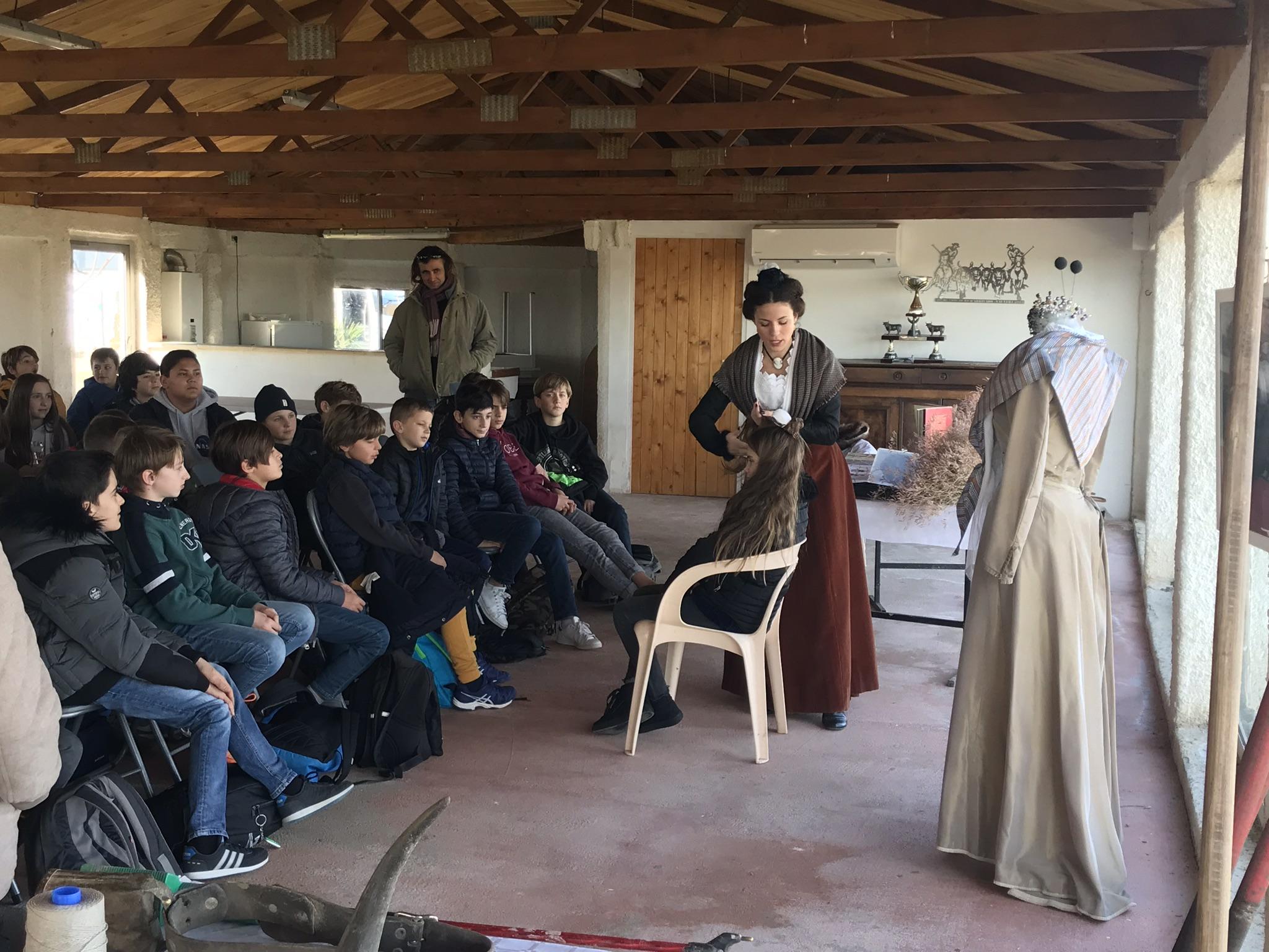 Prestations atelier costume traditionnel coiffe arlésienne transmettre tradition culture sortie pédagogique manade Chaballier
